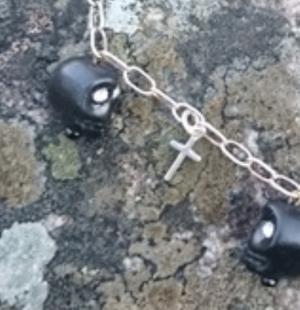 Döskalle örhängen svarta