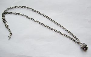 Coolt döskalle halsband med strass