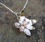 Halsband med näckros i silver