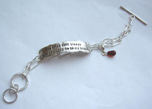Citatarmband med blodröd droppe