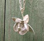 Halsband med silverfuchsia