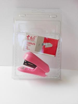 1 st rosa häftapparat + ett paket klamrar
