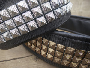 Halsband med nitar i brons eller silver