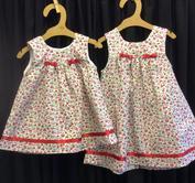 Babyklänning röda små blommor