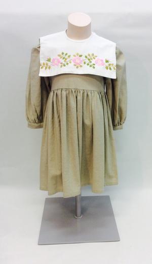 Linnefärgad klänning med handbroderad krage