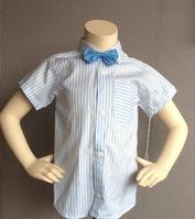 Vit skjorta med ljusblå ränder och ljusblå fluga