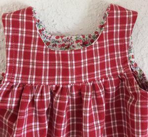 Rödrutig klänning