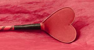 Röd/svart ridpiska med hjärtformad flärp