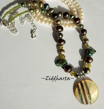 L6:177 - PAUA Striped Coin - Pendant / hänge / charms /berlock Dark Green Lime Sötvattenspärlor Freshwaterpearls Beads / glaspärlor: Necklace / Halsband