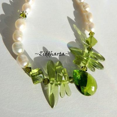 L6:180nn - AppleGreen Facetted PEAR - Handblåst Lamp Work Hänge Pendant Swarovski Crystals Beads / glaspärlor Glas spjut Dices Vita White Freshwaterpearls sötvattenspärlor: Necklace / Halsband