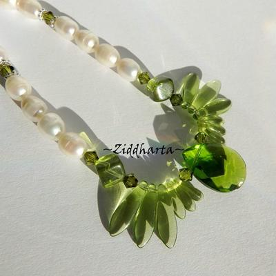 L6:180nn - AppleGreen Facetted PEAR - Handblåst Lamp Work Hänge Pendant Swarovski Crystals Beads / glaspärlor Glas spjut Dices Vita White Freshwaterpearls sötvattenspärlor: Necklace / Halsband