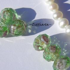 Exklusiv Handgjord LampWork glaspärla: Facetterad Rondell Rosor & guldsand - Lindblomsgrön #02
