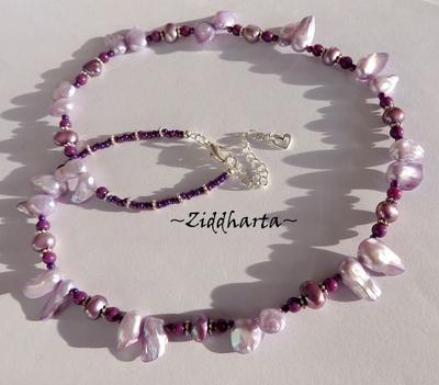 L5:156 - Lavendel BLISTER - Purpur Mountain Jade Lila Violetta lavendel Blister Sötvattenspärlor: Necklace / Halsband - handmade by Ziddharta