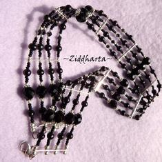 L2:65 OOAK 4-radigt: Black Choker halsband - Goth / Victorian / Halloween - Svarta Sötvattenspärlor Swarovski Firepolished glassbeads SP