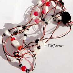 L5:158 OOAK Vackert halsband som kan bäras två varv runt halsen med LampWork- halvädelstens- och glaspärlor - Long Necklace / långt halsband med Swarovski Crystals tied on black and red string - Handmade Jewelry