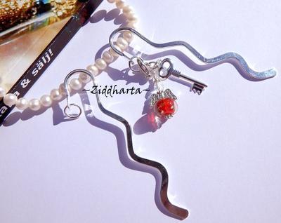 1 Bokmärke: Röd  Ängla-hänge karbinhake & nyckel - Handmade by Ziddharta