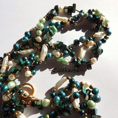 L3:98 Dark EMERALD 3-strand VIVID Necklace: Freshwaterpearls & Mother of Pearl Multi-strands - SMARAGD  Lindbloms gröna Vita sötvattens pärl-stavar Halsband