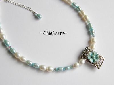 L2:50 Victorian Flower LYXIGT: Halsband med vackert metallhänge vita grön turkosa sötvattenspärlor & Swarovski Kristaller
