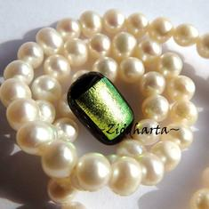 57 Dichroic Cabochon ca15x9mm: Golden Small Dot