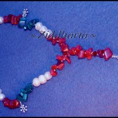 L5:169 - Italian Love - Vita Sötvattenspärlor Swarovski kristall pärla Röda sten chips Halvädelsten Glaspärlor Snöflingor: Necklace / Halsband - handmade by Ziddharta