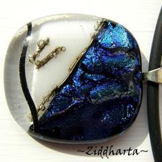 24 Marina - Dichroic hänge på smyckesrem