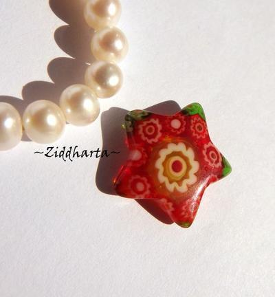 Millefiori glaspärla: Hänge - Röd Stjärna - Halvborrad #20