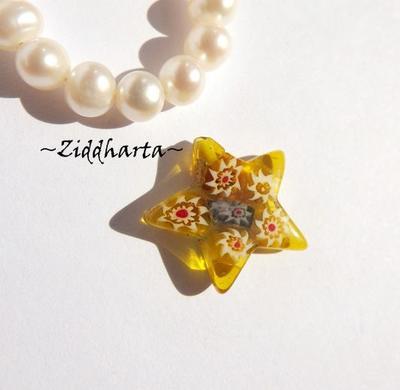 Millefiori glaspärla: Hänge - Amber Gul Stjärna - Halvborrad #23