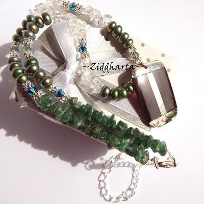 L3:100nn Rare PAUA Rectangular Pendant Emerald Green Freshwater Pearls Swarovski & Dk Green Aventurine Crystal Quartz Necklace - Vackert hänge med PAUA inläggningar & bergkristall-chips i detta halsband från Ziddharta