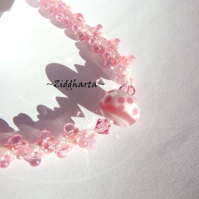 L3:101nn Baby PINK Polka DOTS Helix DNA-sträng Swirl Halsband - Handblåst LampWork ROSA PRICKAR / Prickigt med Swarovski Crystals - Handsewn beaded Rope - Girls Littles Daddys Princess Necklace by Ziddharta
