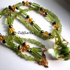 Smycken som är unika och personliga - LYXIGA: Peridot & Amber - LampWork Drop-pendant av Zidharta
