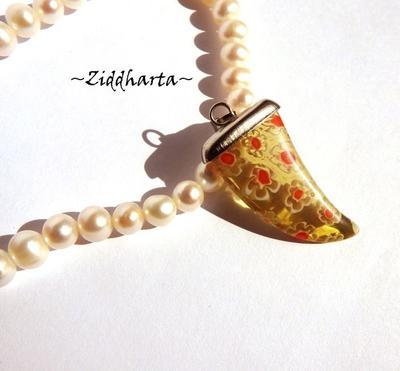 Millefiori glaspärla: Hänge - gul/röd Hajtand /fena #01