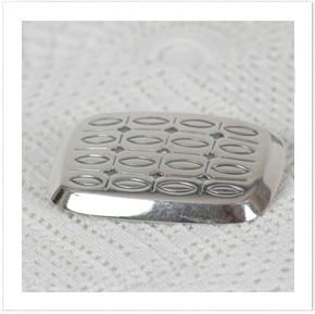 Silverbrosch med oxiderat mönster