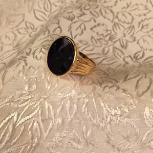 Herr klackring i 18 karat guld med svart onyx..Storlek: 18,5