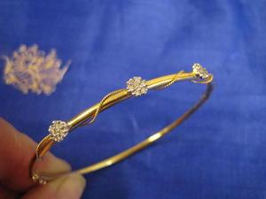 Armring i 18 karat guld med 21st vitguldsinfattade briljanter.