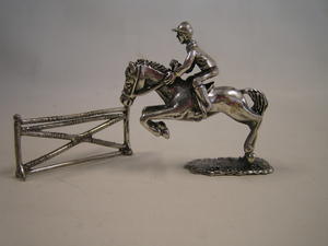 Häst med ryttare och hinder i sterling silver.
