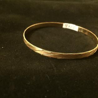 Armring i 18 Karat guld med mattslipat mönster.  Storlek: 70mm idiameter Armringen har tydliga stämplar ,kattfot samt 18K. Tillverkat på 1950 talet.