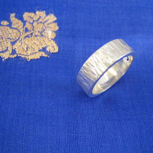 Bred silverring med mönstergravyr.