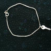Silverarmband med ett nyckel. Venetzia länk