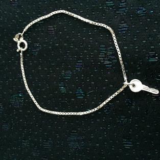 Silverarmband med ett kors. Venetzia länk