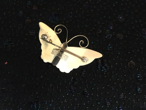 Brosch i förgyllt silver med emaljerad fjäril.