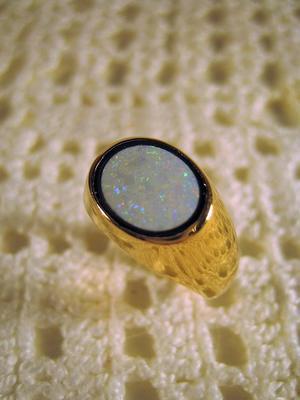 Vacker ring i 18 karat guld med Opal . Ovanlig. St 18