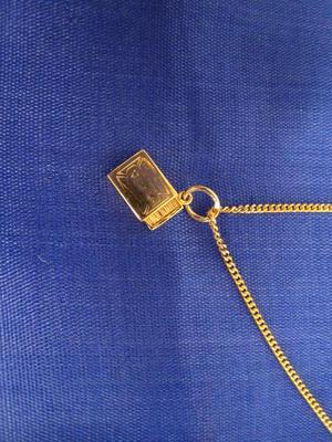 Hängsmycke i 18 K guld. Tändsticksask.