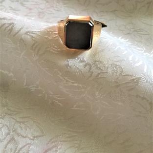 Herr klackring i 18 karat guld med svart onyx..Storlek: 19,5.11,1 gram