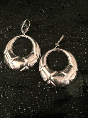 Örhängen i äkta silver   Stämplade med svenska stämplar,925 sterling silver.  Diameter : 35mm