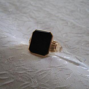 Herr klackring i 18 karat guld med svart onyx..Storlek: 17,5, 4 gram