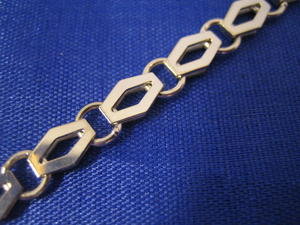 Halsband i 18 karats vitguld. Unikt mönster.