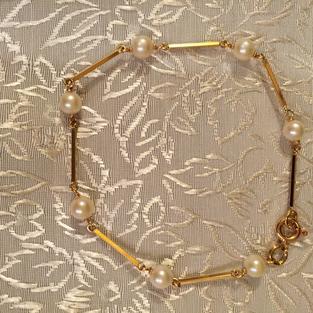 Vackert armband i 18k guld med stav och äkta odlade pärlor.