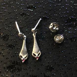 Örhängen i äkta silver. Röd sten-Granat.  Stämplade med svenska stämplar,925 sterling silve