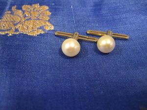 Bröstknappar i 18 karat guld med odlad pärla.