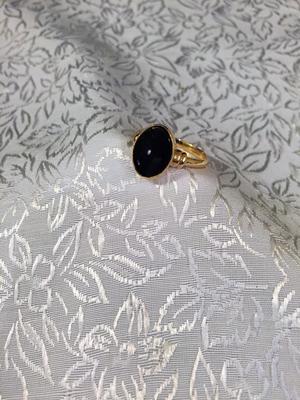 Klackring i guld med oval onyxsten.-60talet.